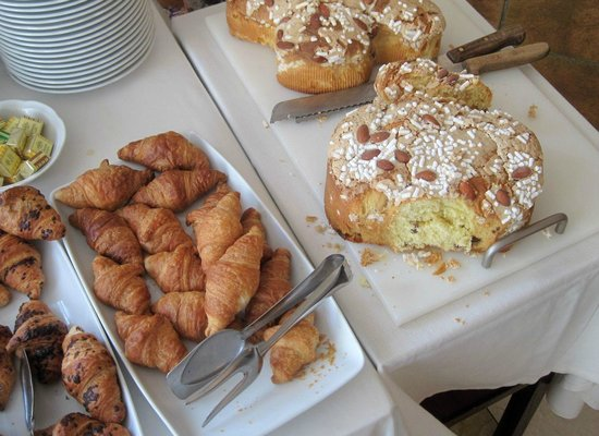 Hotel Piccola Vela: breakfast buffet, with Dove cake for Easter