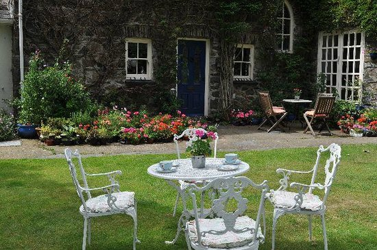 Old Cartlett House Bed and Breakfast: Enjoy tea in the garden