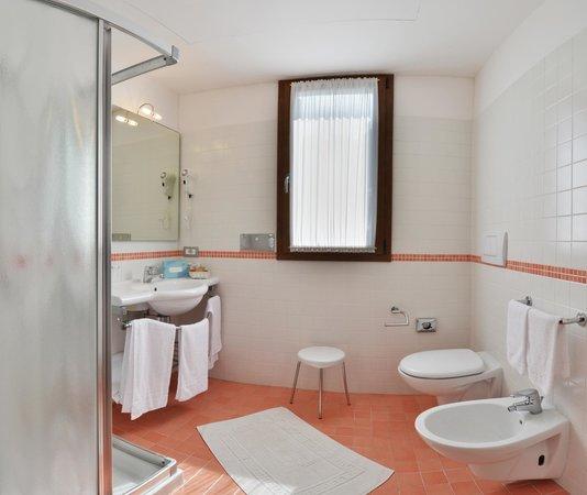 Park Hotel Pineta - Family Relax Resort: Eraclea mare_ spaziosi bagni nelle Suite del Park hotel Pineta