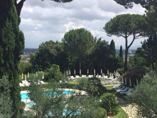 Rome Cavalieri, Waldorf Astoria Hotels & Resorts : Pool view