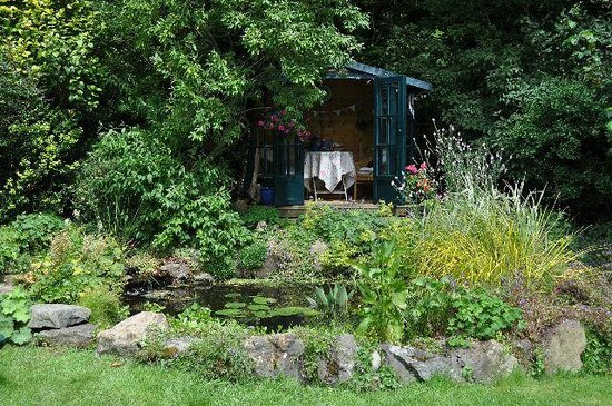 Old Cartlett House Bed and Breakfast: The summerhouse and pond