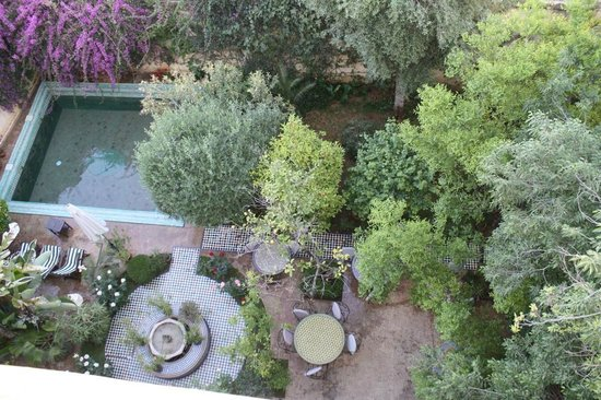 Ryad Mabrouka : Aussicht von der Terrasse auf den Innenhof