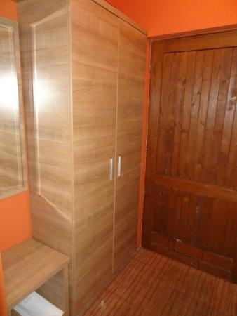 Turist Grabovac : armários do lado da porta de entrada