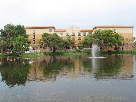 تامبا ستيديوم هوتل: View of the hotel from the lake walk path