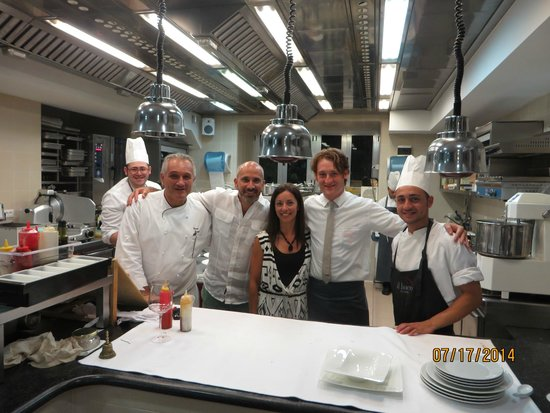 il buco Sorrento: My wife and I with our waiter and the Chefs of Il Buco