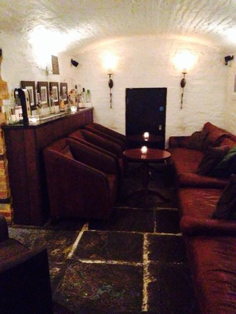 Hotel du Vin Cambridge: Lots of little cosy seating areas in the cellar bar area!