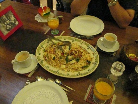 Suite 259: メイン(イカの麺料理)
