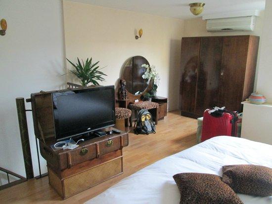Suite 259 : 寝室のTV