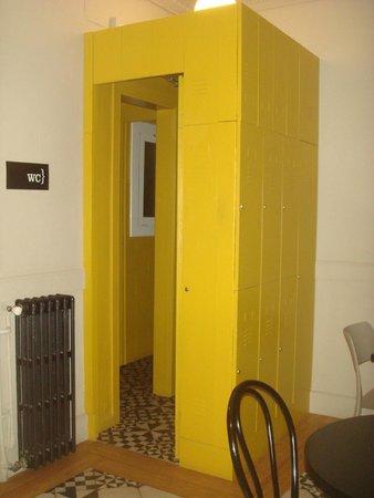 Residencia Universitaria Nikbor: simpatica puerta del baño en zona comun