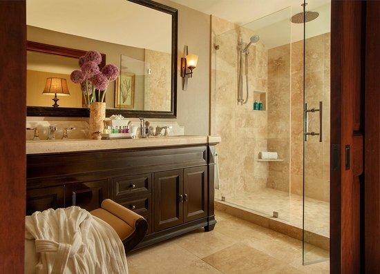 Rustic Inn Creekside Resort and Spa at Jackson Hole : Balcony Spa Suite Bathroom