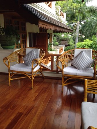 Hotel by the Red Canal, Mandalay : Petite terrasse sur les jardins