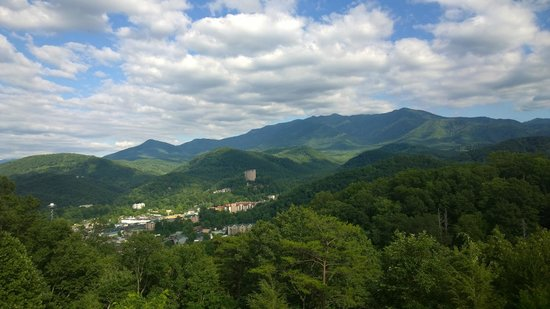 Sidney James Mountain Lodge: View from the Gatlinburg By-Pass