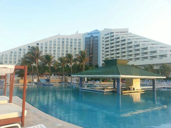 Iberostar Cancun: swim up bar in main pool