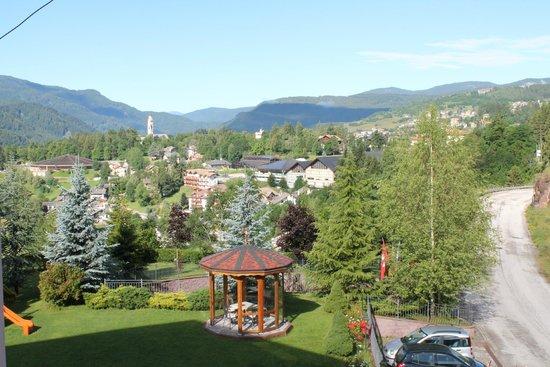 Hotel Lagorai Alpine Resort & Spa: L'altra visuale dal balcone.