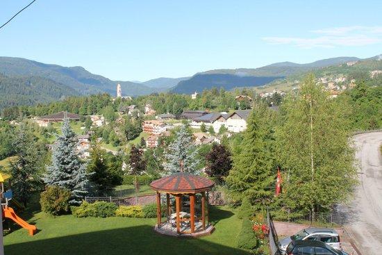Hotel Lagorai Alpine Resort & Spa: Visuale dal balcone sul miniparco giochi e sul Cavalese.