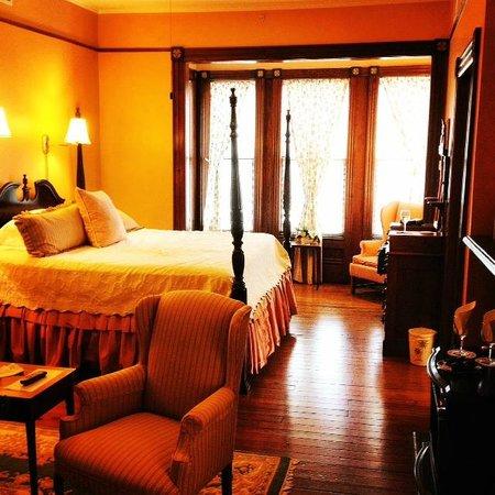 Fairbanks House: The Magnolia Suite