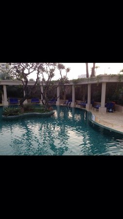 Imperial Hotel Spa: Lounge area of the main pool
