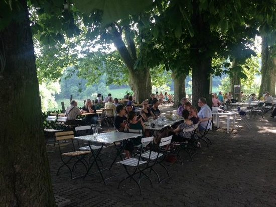 Bierhelderhof: Die Tische am Rand sind am begehrtesten.