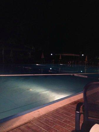 Hotel Fontane Bianche Beach Club: piscina di sera