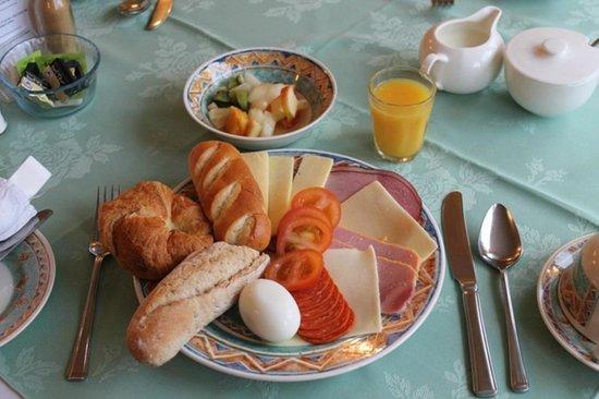 Florian Guest House : Continental Breakfast