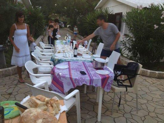 Malia Village: preparazione tavolata