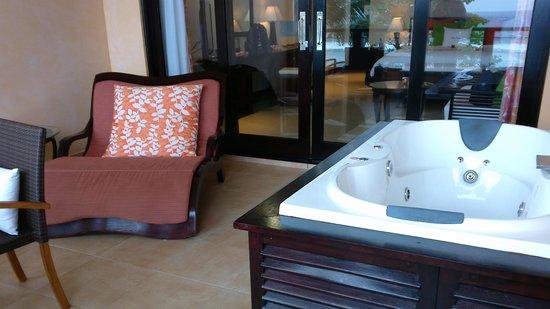DoubleTree by Hilton Seychelles Allamanda Resort & Spa: un bout de la terrasse avec le jacuzzi