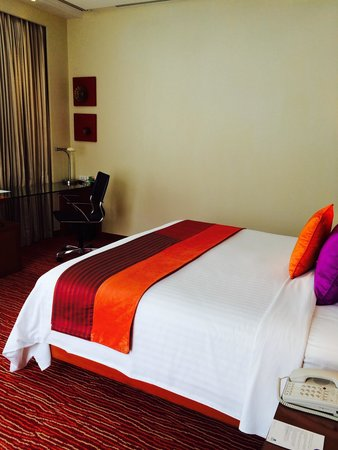 Courtyard by Marriott Bangkok: Suite bedroom