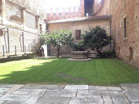 Museo di Castelvecchio: Lush green gardens