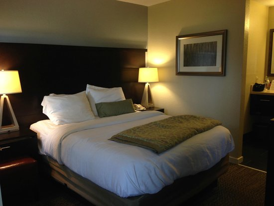 Staybridge Suites Dulles : Bedroom with TV