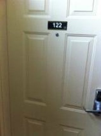 Days Inn & Suites Niagara Falls/Buffalo: Room 122, banished to the dark corner
