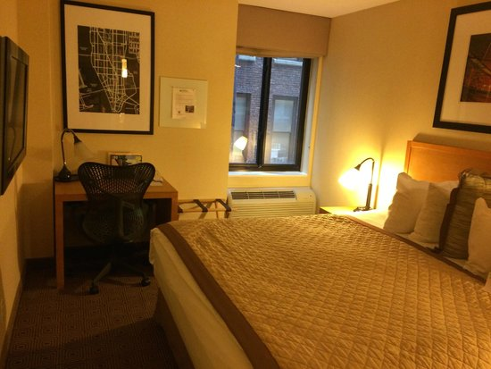 Hotel Henri, A Wyndham Hotel: Tiny but comfortable room