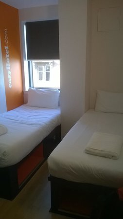 easyHotel Glasgow City : twin beds with storage side and end
