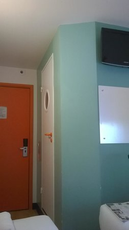 easyHotel Glasgow City: View from bed to entrance door with wet room on right