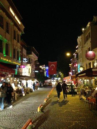 Sultan Hostel: Calle donde se encuentra el Hostel