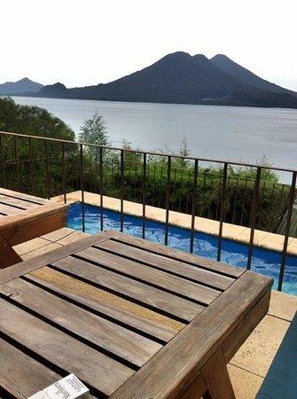 Lomas de Tzununa: vistas desde la piscina