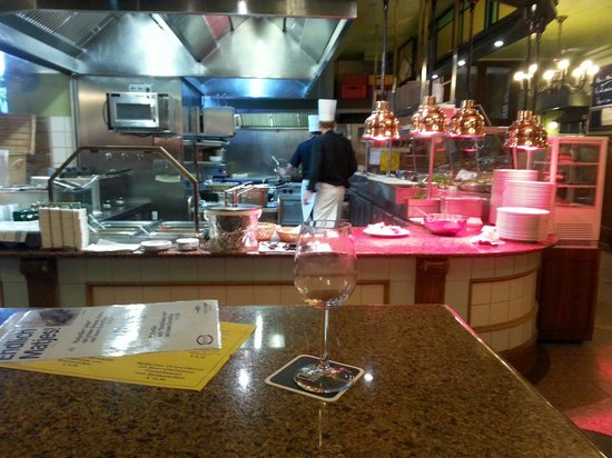 Martin's Bräu: Cuisine ouverte sur la salle