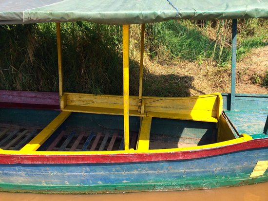 Rusizi National Park : An old boat on the shore.