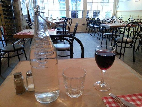 Le P'Tit Bec : Вино и вода