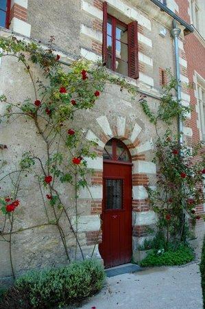 Le Chateau du Clos Luce - Parc Leonardo da Vinci: Picturesque doorway within the courtyard