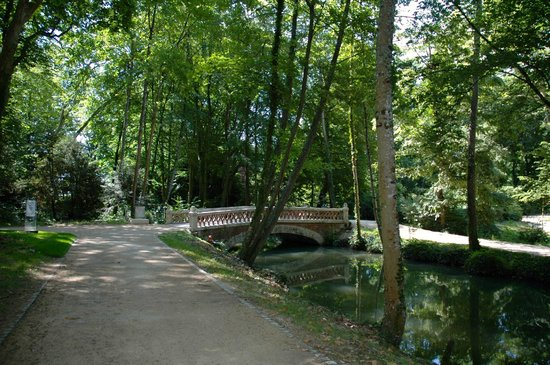 Le Chateau du Clos Luce - Parc Leonardo da Vinci: Beautiful bridge on the grounds