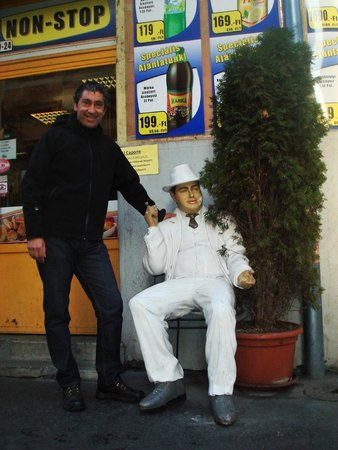 King's Hotel: cerca del hotel...una escultura de Al Capone