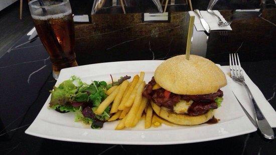 Hotel Kai: 漢堡很好吃,不可錯過!