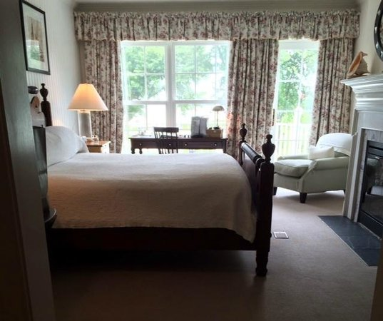 Inn at Perry Cabin by Belmond: bed, desk and chair