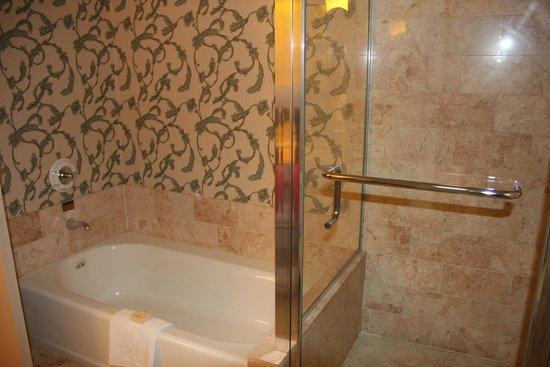 Paris Las Vegas: Banheiro do quarto duplo
