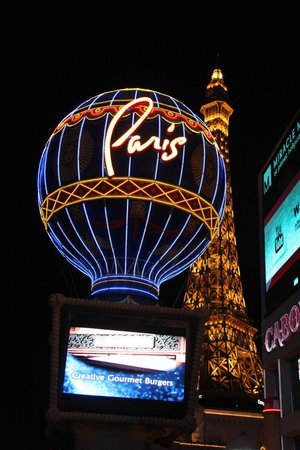 Paris Las Vegas: Vista noturna do hotel
