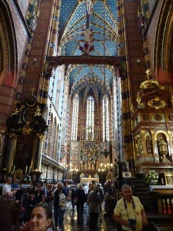 Basilique Sainte-Marie : La navata centrale. Da notare il soffitto dipinto a cielo stellato.