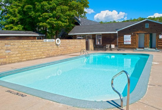 Glenview Cottages: Outdoor Seasonal Pool