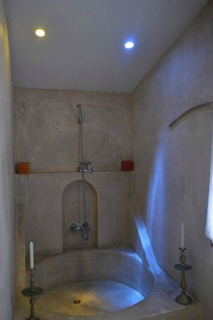 Riad Baoussala : Red Room bathroom with colored sky-lights