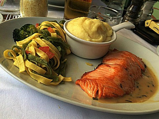 Cafe de Paris Monte-Carlo : Sautéed salmon slice with sorrel cream and tagliatelle pasta with butter (with a portion of mash