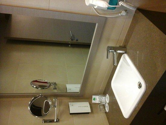 Golden Tulip Kassel Hotel Reiss: De andere kant vd badkamer de wastafel